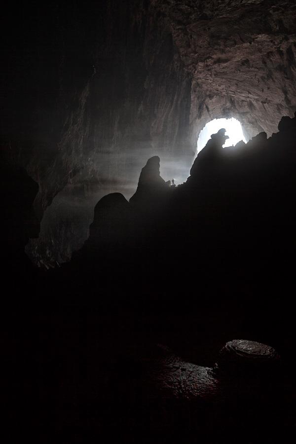 """Ein Caver in der Nähe von """"Hand of Dog"""" in Son Doong Cave."""