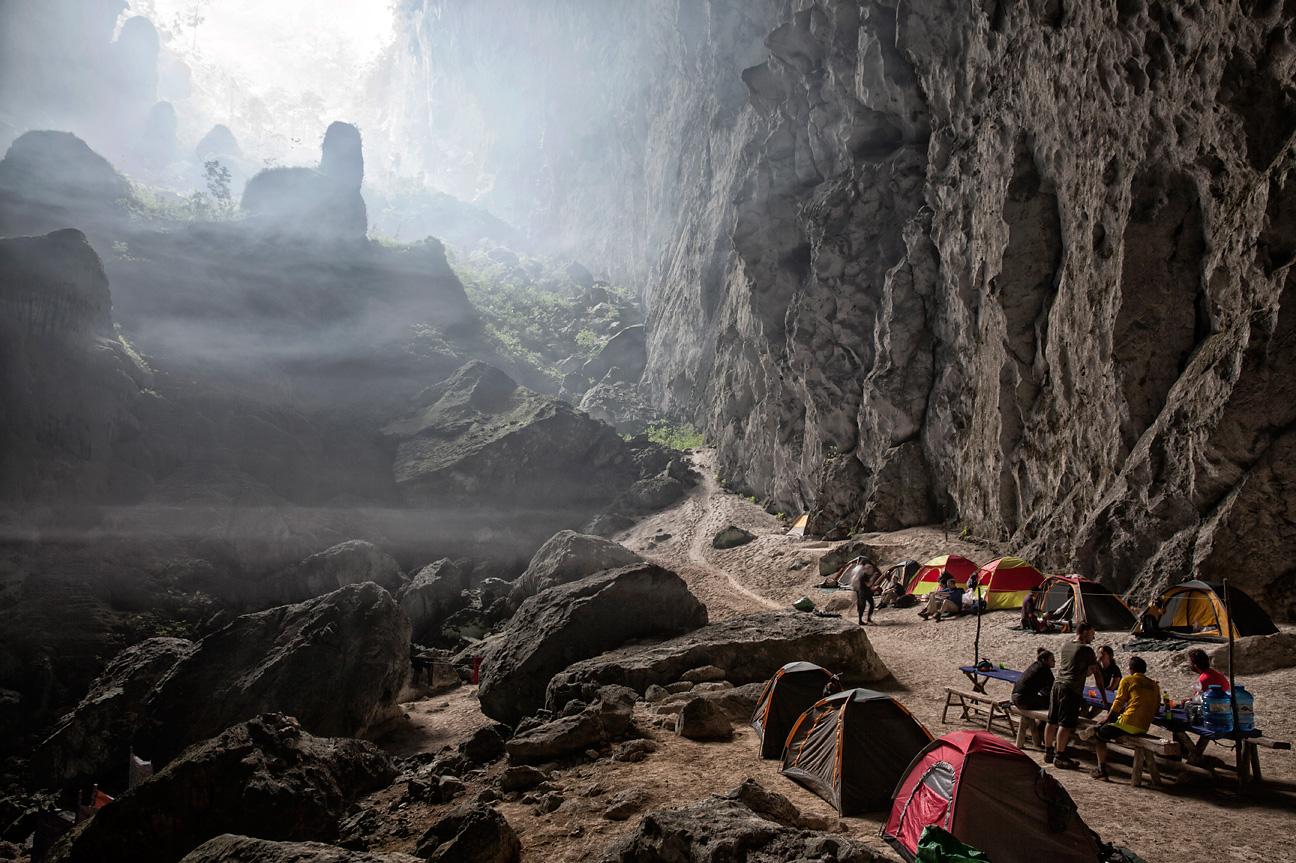 """Camp bei der zweiten Doline """"Garden of Edam"""" in Son Doong Cave."""