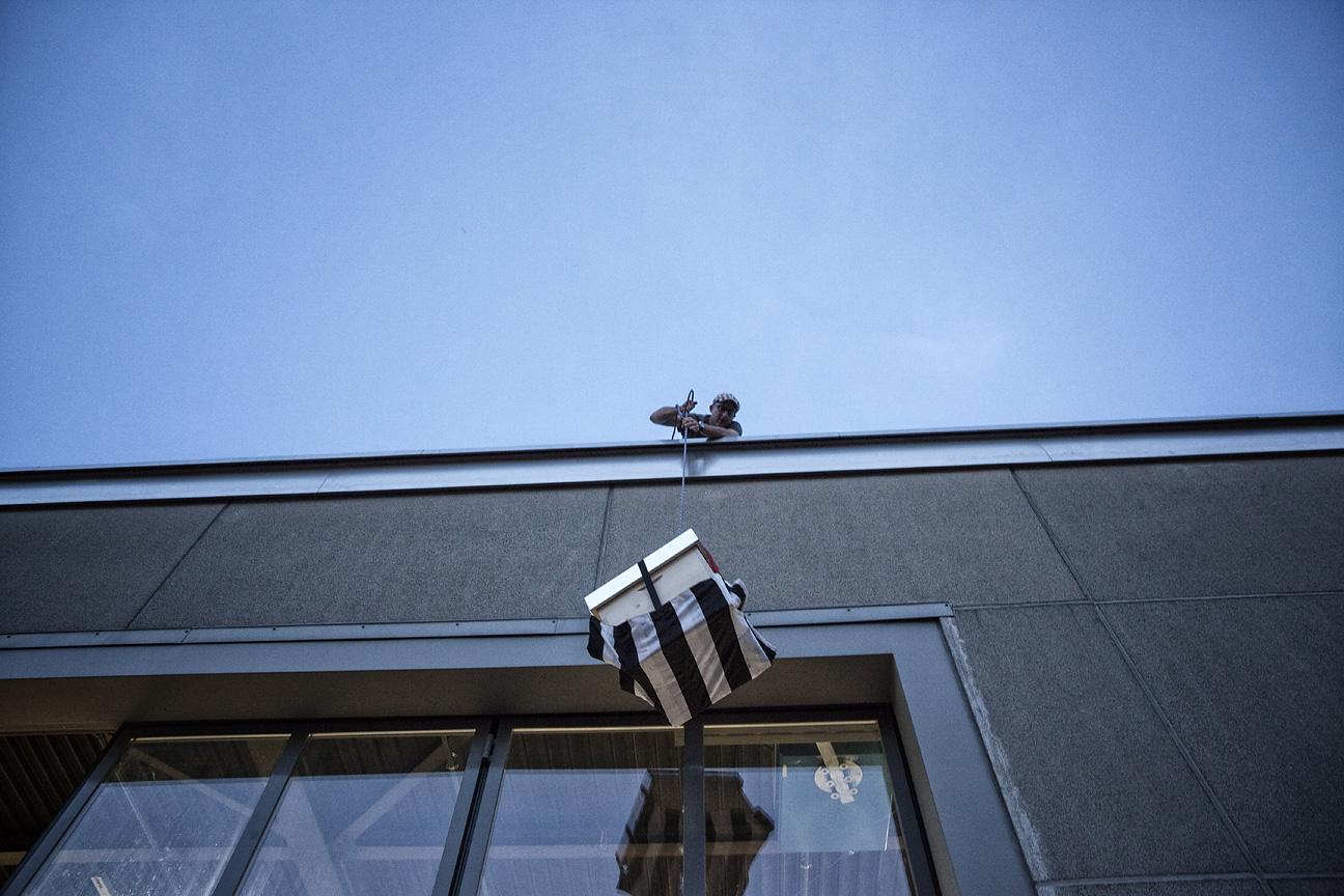 Nächtlicher Umzug von einem Dach im Kreis 5 an die Bahnhofstrasse.