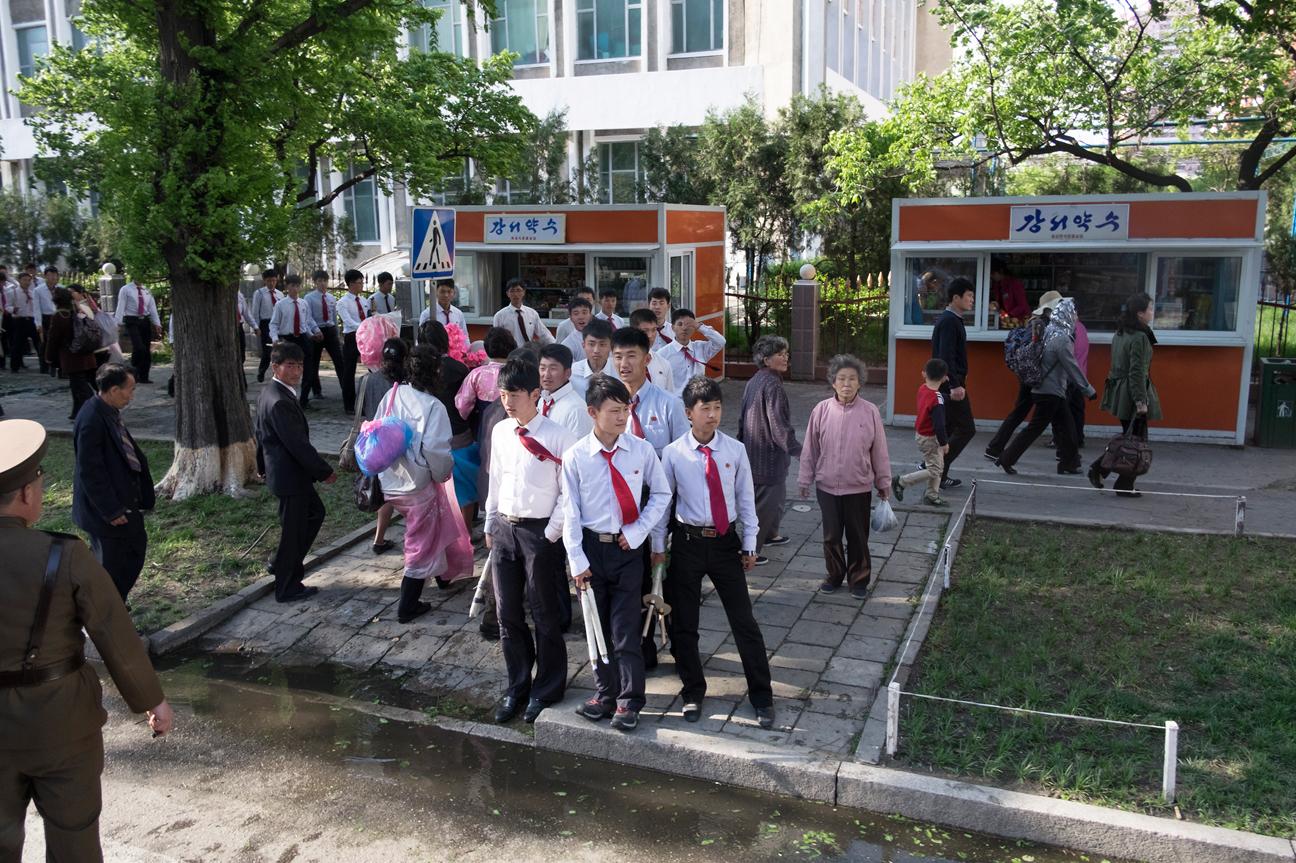 Schüler an einer Strassenkreuzung.