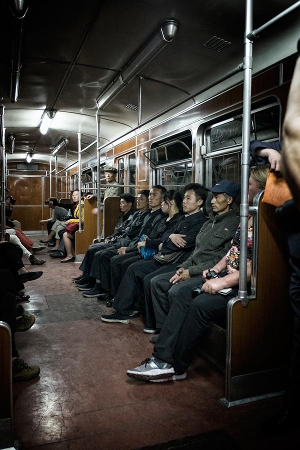 Passagiere in der U-Bahn von Pyongyang.