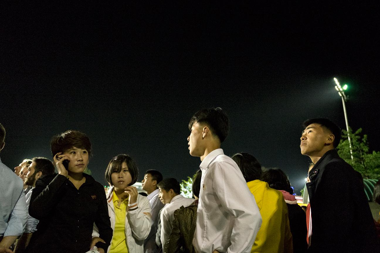Junge Leute am Handy in einem der Vergnügungsparks in Pyongyang.